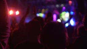 Filharmonia tłoczył się z z podnieceniem widownią, ludzie oklaskuje popularny piosenkarz zbiory wideo