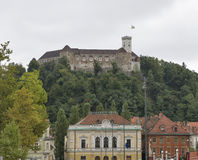 Filharmonisk akademi och medeltida slott i Ljubljana, Slovenien Royaltyfri Fotografi