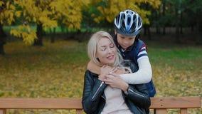 Filho com braço quebrado que afaga sua mãe filme