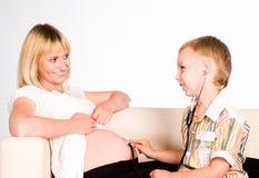 Filho com sua mamã grávida Fotos de Stock