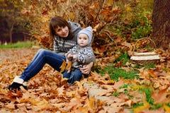 Filho da mãe e da criança na queda Imagens de Stock Royalty Free
