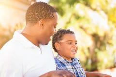 Filho da raça misturada com pai afro-americano Talking Outdoors fotos de stock