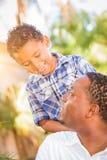 Filho da raça misturada e pai de riso Playing Outdoors do afro-americano imagens de stock royalty free