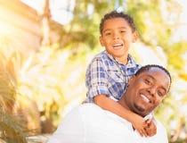 Filho da raça misturada e pai Playing Outdoors do afro-americano imagens de stock royalty free