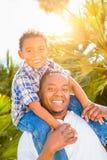 Filho da raça misturada e pai Playing Outdoors Toge do afro-americano imagem de stock