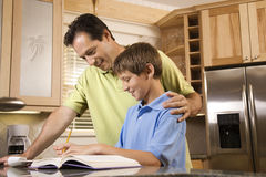 Filho de ajuda do pai com trabalhos de casa fotos de stock royalty free