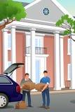 Filho de Helping His Teenage do pai que move-se para um terreno novo Fotografia de Stock