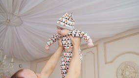Filho de Playing With Baby do pai em casa vídeos de arquivo