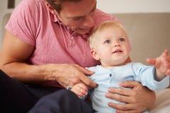 Filho de Playing With Young do pai dentro Fotografia de Stock
