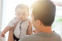Filho do bebê da terra arrendada do pai fotos de stock royalty free