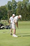 Filho do pai que joga o golfe Fotografia de Stock Royalty Free