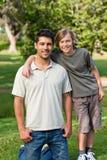 Filho e seu pai no parque Foto de Stock Royalty Free