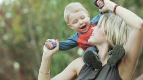 Filho em ombros na mãe video estoque
