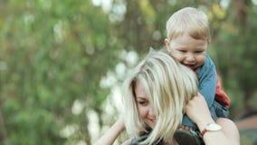 Filho em ombros na mãe vídeos de arquivo