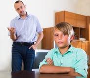 Filho ofendido que tem o conflito com pai Fotos de Stock Royalty Free