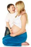 Filho que abraça sua matriz Fotos de Stock Royalty Free