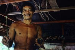Filho tribal Aman de Toikots da pessoa idosa que prepara-se para uma caça na selva foto de stock royalty free