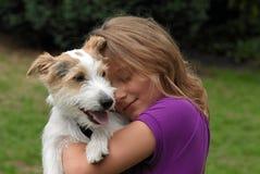 Filhote de cachorro da terra arrendada da menina foto de stock royalty free