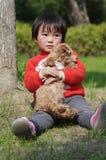 Filhote de cachorro do hug da menina imagens de stock royalty free