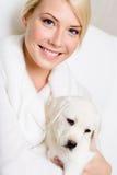 Filhote de cachorro do puro-sangue que senta-se nas mãos fotografia de stock royalty free
