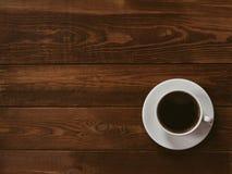Filiżanka czarna kawa na brązu drewnianym tle Pisze przerób, filmu skutek, depresja klucz fotografia royalty free