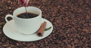 Filiżanka kawy Mieszać z łyżką Zamyka up piękna kawa Mieszać z łyżką zbiory
