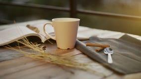 Filiżanka kawy z książką i światłem słonecznym na tle zbiory wideo