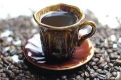 Filiżanka smakowity coffe z coffe tłem obrazy royalty free