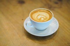 Filiżanki latte sztuka na drewnianym stołowym tle, Odgórny widok zdjęcie stock