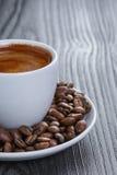 Filiżanka świeża kawa espresso z fasolami obrazy royalty free