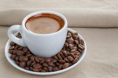 Filiżanka świeża kawa espresso z fasolami obraz stock