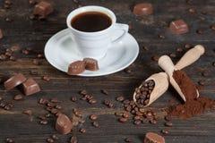 Filiżanka świeża kawa, Zmielone fasole, kawowe i kawowe Obraz Stock