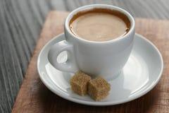 Filiżanka świeżo robić kawa espresso na drewnie wsiadać zdjęcia royalty free