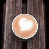 Filiżanka świeży cappuccino na drewnianym tle zdjęcia stock