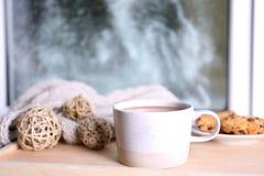 Filiżanka aromatyczny cacao na drewnianej tacy blisko okno zdjęcie royalty free