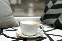 Filiżanka aromatyczny cacao na stole przeciw zamazanemu tłu zdjęcia royalty free
