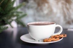 Filiżanka aromatyczny cacao z ciastkami na stole Przestrzeń dla teksta obrazy stock