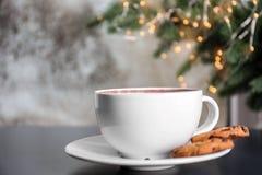 Filiżanka aromatyczny cacao z ciastkami na stole, zbliżenie obrazy stock