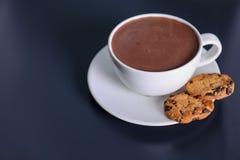 Filiżanka aromatyczny cacao z ciastkami na zmroku stole fotografia stock