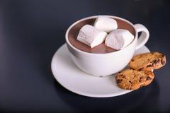 Filiżanka aromatyczny cacao z marshmallows i ciastkami na zmroku stole zdjęcia stock