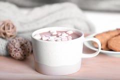 Filiżanka aromatyczny cacao z marshmallows na drewnianej tacy zdjęcia stock