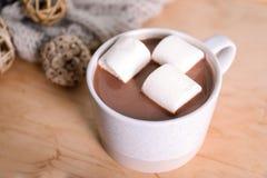 Filiżanka aromatyczny cacao z marshmallows na stole, zbliżenie zdjęcia royalty free