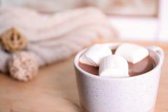 Filiżanka aromatyczny cacao z marshmallows na zamazanym tle, zbliżenie zdjęcie royalty free