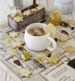 Filiżanka aromatyczny cappuccino z ciastkami, pomarańczowy marmoladowy Selekcyjna ostrość zdjęcia royalty free