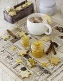Filiżanka aromatyczny cappuccino z ciastkami, pomarańczowy marmoladowy Selekcyjna ostrość obrazy royalty free