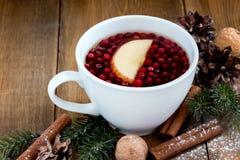 Filiżanka Bożenarodzeniowa herbata z jagodowego i cynamonowego Bożenarodzeniowego karmowego pojęcia tła kopii Drewnianą przestrze Zdjęcia Royalty Free