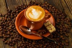 Filiżanka cappuccino, czekolad fasole, opłatkowe i kawowe Zdjęcia Royalty Free