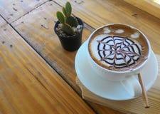 Filiżanka cappuccino na drewnianym stołowym tle Obrazy Stock