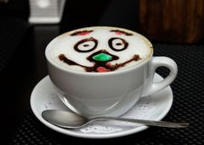 Filiżanka cappuccino na spodeczku obraz stock