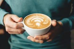 Filiżanka cappuccino w rękach zdjęcie stock